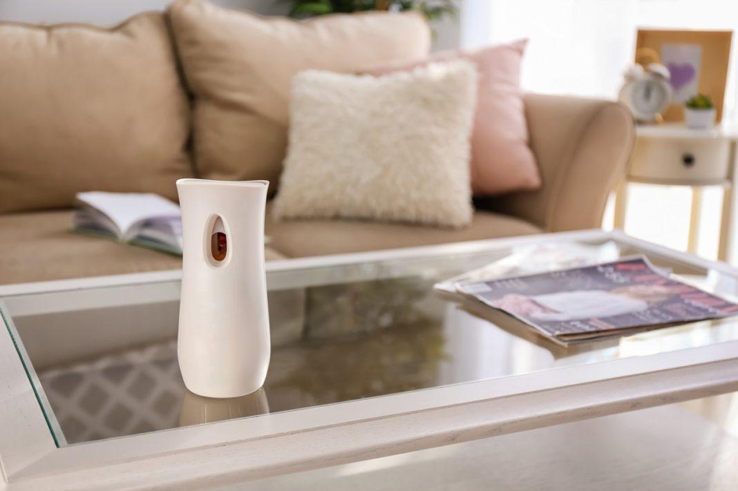 Na przyjemność przebywania w danym pomieszczeniu składa się wiele czynników, takich jak temperatura czy stopień wilgotności. Istotną rolę odgrywają tu również... zapachy. Często nie zdajemy sobie sprawy z tego, jak bardzo unoszący się w danym pomieszczeniu zapach wpływa na nasze samopoczucie oraz ocenę danego miejsca. Chętnie wracamy do przyjemnych aromatów, dlatego tak ważne jest stosowanie odświeżaczy powietrza. Co warto wiedzieć na ich temat?