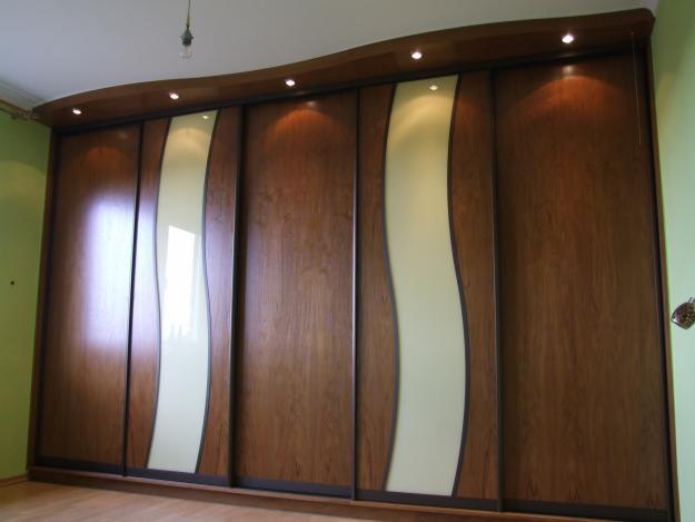 szafę z suwnymi drzwiami