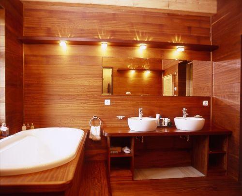 Ładnie oświetlona łazienka