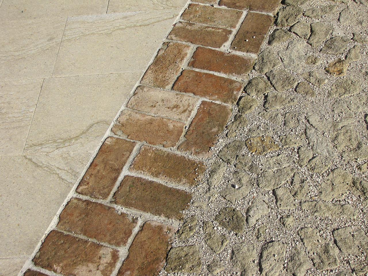 Jak się układa płytki gipsowe, które imitują cegłę, albo kamień?