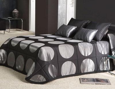 Ładnie udekorowane łóżko