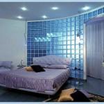 Szklana ściana w pomieszczeniach.