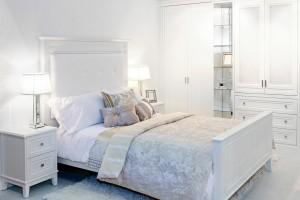 Białe wnętrze w sypialni